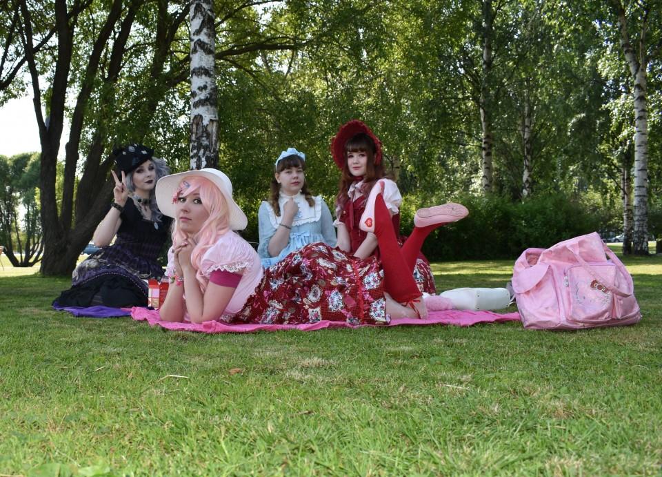 Lolitojen mehuhetki Möljän puistossa (Tornio-piknik)